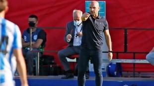 Paco López dando instrucciones durante un partido.