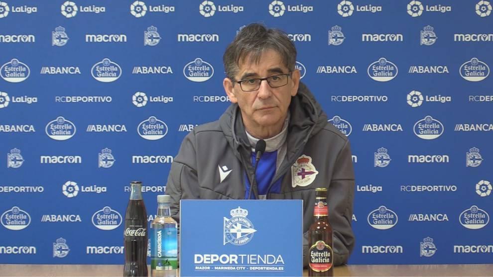 Fernando Vázquez compareciendo en rueda de prensa ante los medios