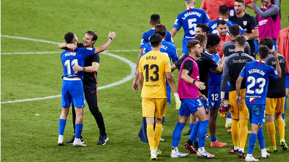 Munir (24) y Lopetegui (23) se abrazan tras la victoria del Sevilla en...