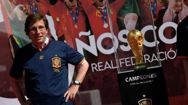 José Luis Martínez-Almeida, junto a la Copa del Mundo en la Plaza de...