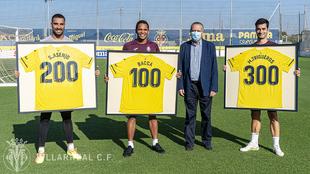 Los jugadores del Villarreal al lado del presidente Fernando Roig