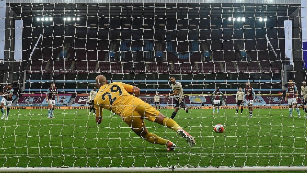 Bruno Fernandes convierte el gol el penalti pitado ante el Aston Villa