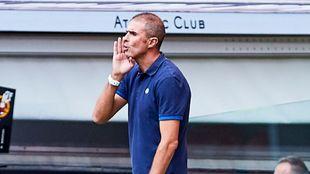 Garitano llama la atención de sus jugadores en San Mamés.