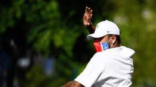 Neymar Jr, saluda a los seguidores del PSG después de un...