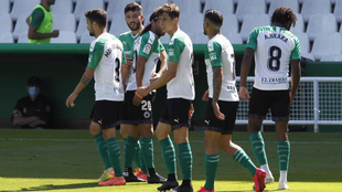 Los jugadores el Racing celebran el gol de Guillermo ante el Huesca.