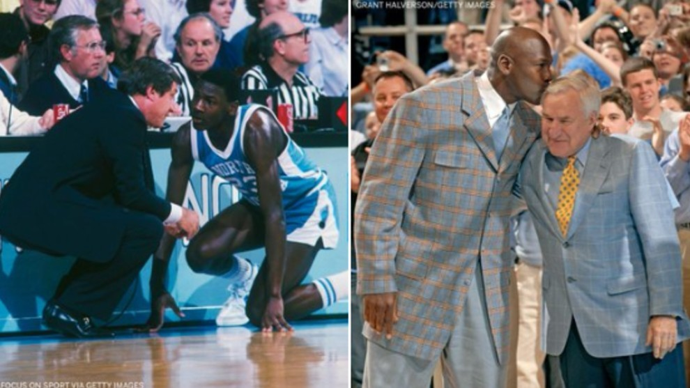 Dean Smith dando instrucciones a Jordan (izquierda) es besado por...