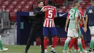 Simeone felicita a Thomas por la victoria.