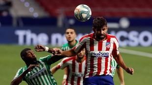 Diego Costa cabecea el balón en el partido contra el Betis.