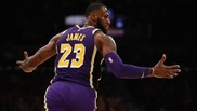 LeBron James, tras anotar una canasta en un partido de los Lakers