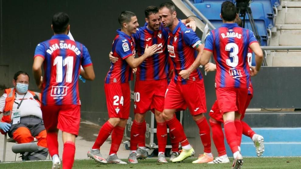 Los jugadores del Eibar celebran un gol de Expósito en el RCDE...