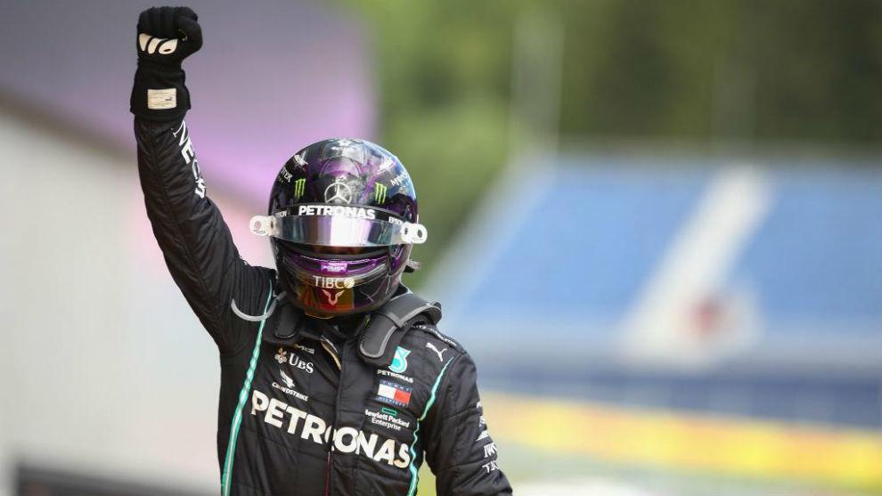 Lewis Hamilton levanta el brazo como ganador del GP de Estiria de F1.