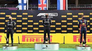 Hamilton, con Verstappen y Bottas, en el podio.