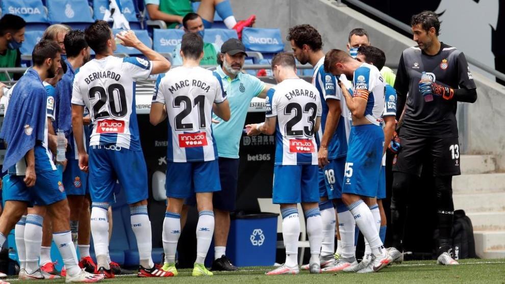 Los jugadores del Espanyol descansan en la pausa de hidratación.