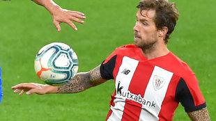 Iñigo Martínez disputa un balón.