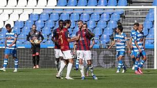 Los jugadores del Extremadura celebran uno de sus tres goles en Riazor