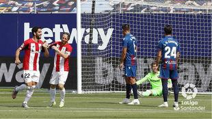 Raúl García celebra su primer gol ante el Levante.
