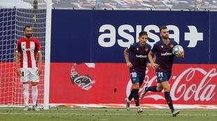 Bardhi corre hacia el centro del campo tras marcar.