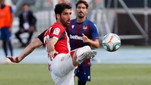 Raúl García trata de controlar un balón