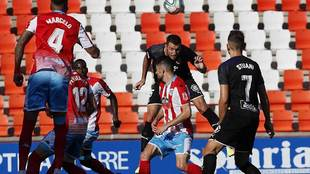 Alcalá despeja de cabeza una acción en el área del Girona