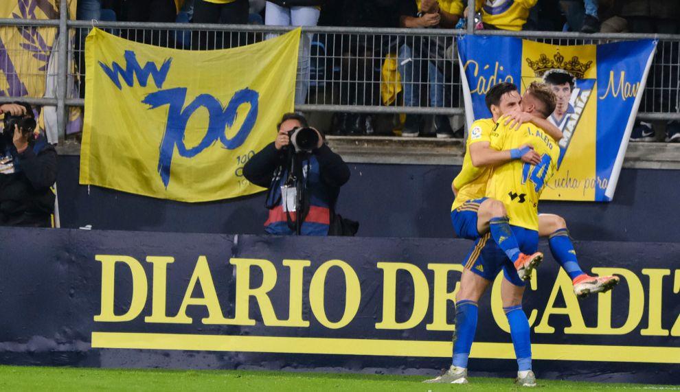 Iván Alejo e Iza Carcélen celebran un gol