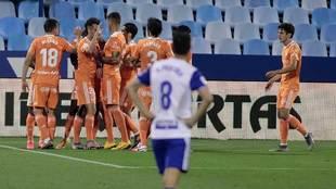 Los jugadores del Oviedo celebran uno de los cuatro goles en La...