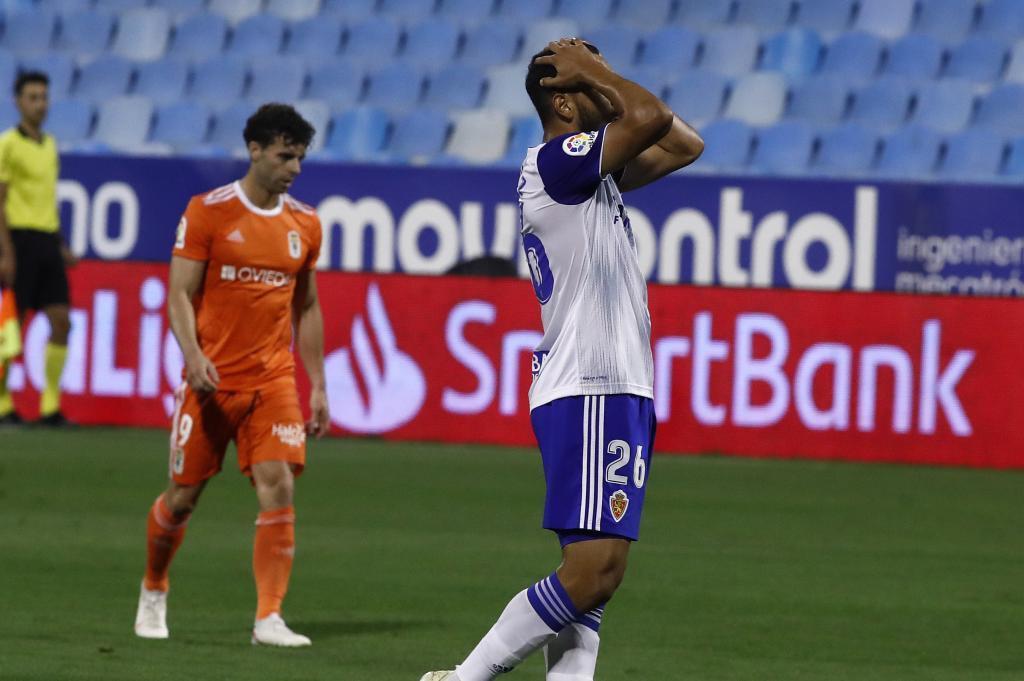 Luis Suárez se lamenta de una acción ante el Oviedo en La Romareda