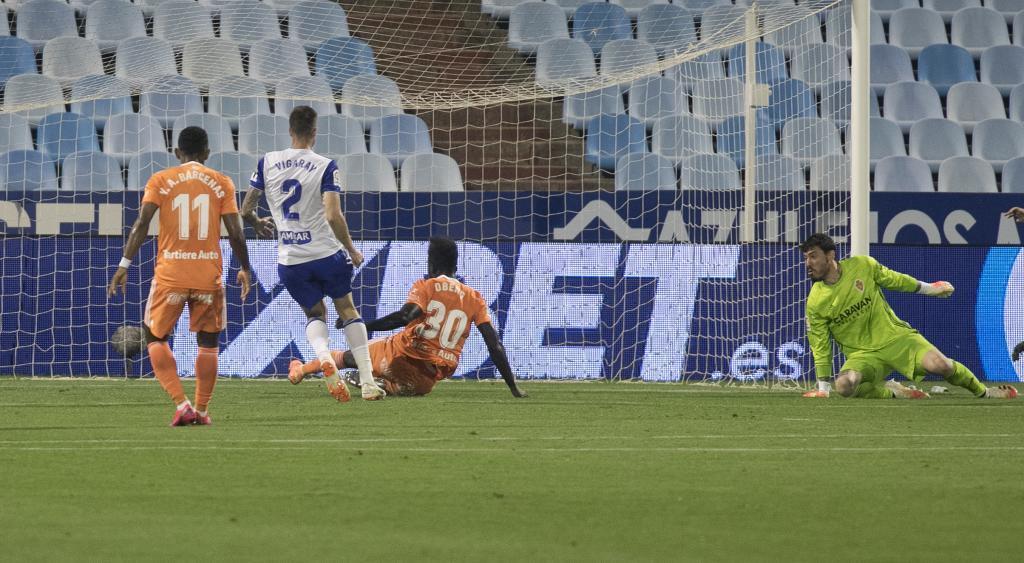 Obeng se lanzó al suelo para remachar el primer gol del Oviedo