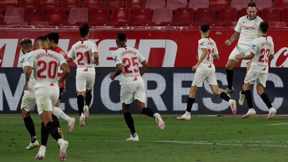 Los jugadores del Sevilla celebran el gol de Lucas Ocampos (26) frente...