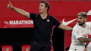 Julen Lopetegui (53) y Banega (32), en el partido del Sevilla frente...
