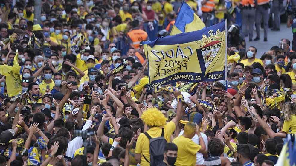 Aficionados del Cádiz en los aledaños del Carranza este sábado