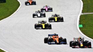 Carlos Sainz, en la quinta plaza, perseguido por los Renault,, los...