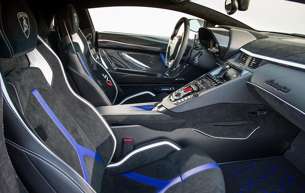 El interior rebosa elementos fabricados en fibra de carbono.