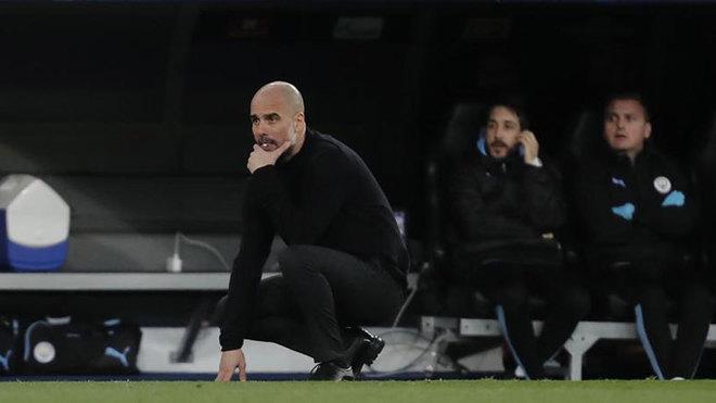 Guardiola, pensativo durante el encuentro de Champions en el...