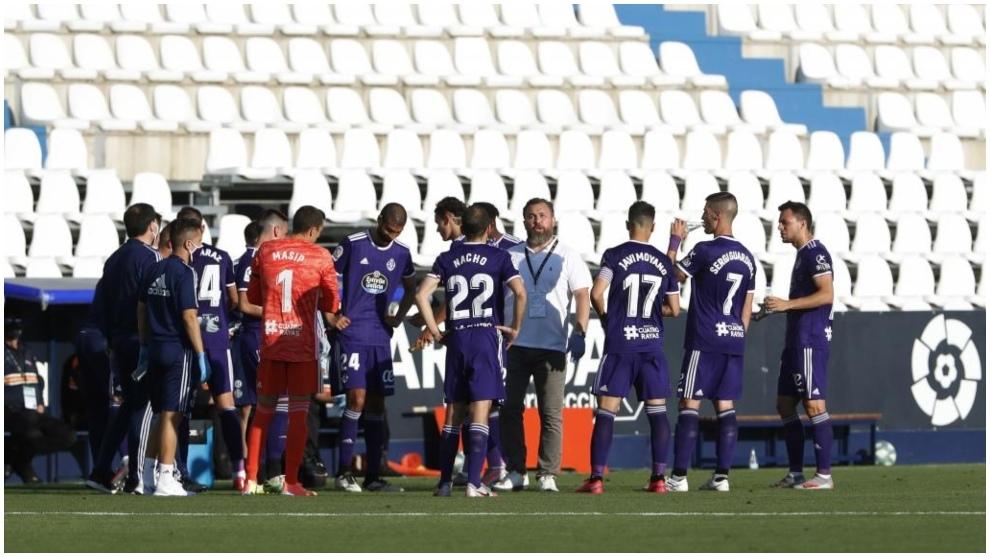 Sergio González da instrucciones a sus jugadores durante una pausa de...