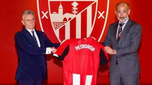Emiliano López Atxurra, presidente de Petronor, y Aitor Elizegi,...