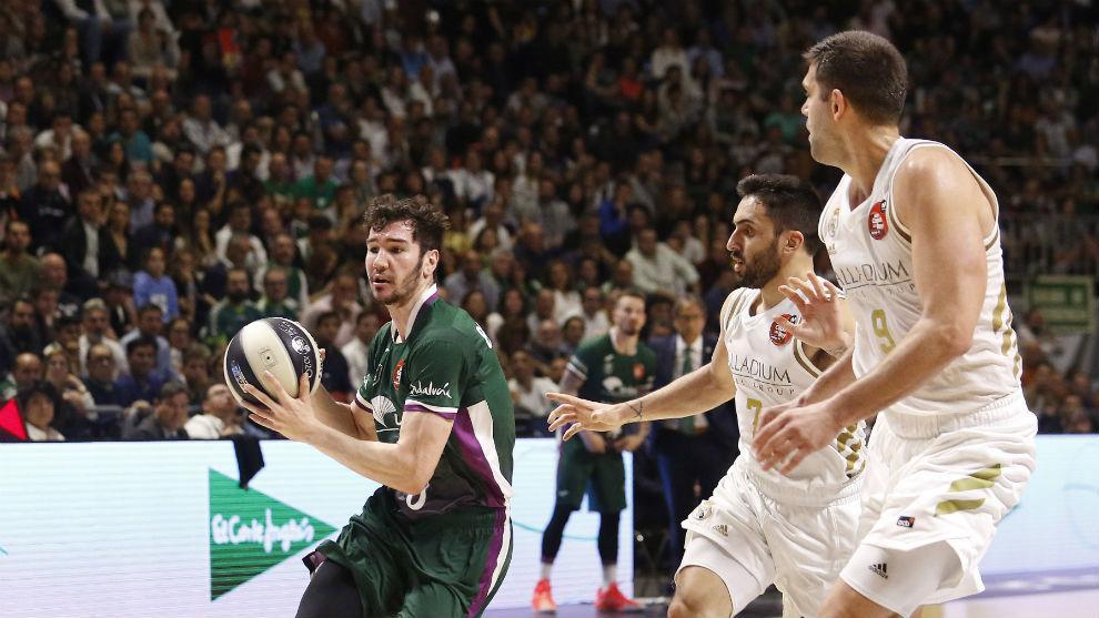 Brizuela intenta la penetración ante Campazzo y Felipe Reyes