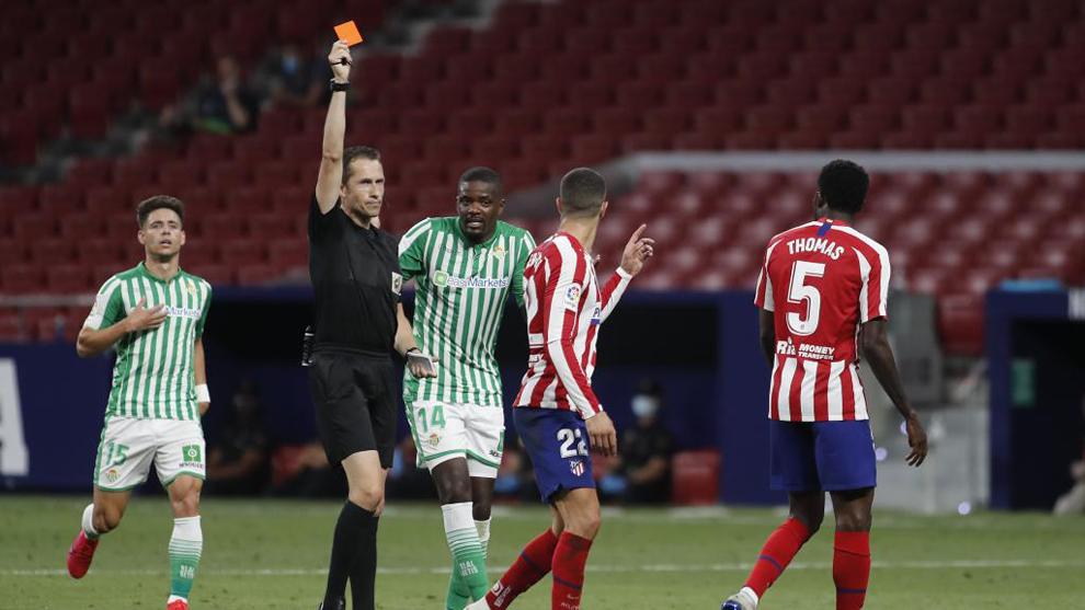 Mario Hermoso ve la roja en el partido ante el Betis.