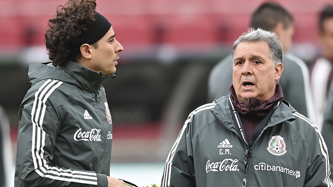 Guillermo Ochoa junto a Gerardo Martino en la selección mexicana.