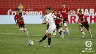 Ocampos anota de penalti frente al Mallorca.