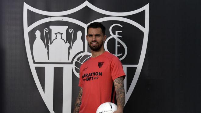 Suso posa para MARCA con el escudo del Sevilla.