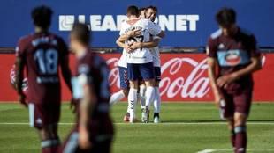 Los jugadores del Celta se lamentan en el partido ante Osasuna.