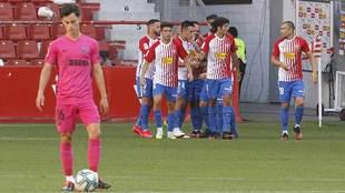 Los jugadores del Sporting celebran su primer gol al fondo con Juanpi...