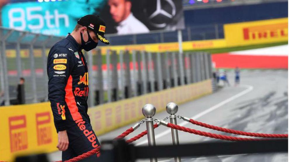 Verstappen, con gesto resginado tras la segunda victoria de Mercedes.