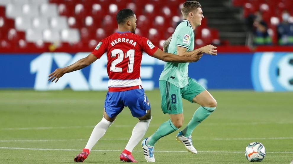 Kroos disputa un balón con Herrera en Los Cármenes.