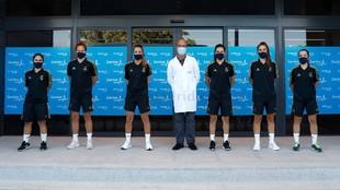 Las jugadoras del Real Madrid posan en el Hospital Sanitas La...