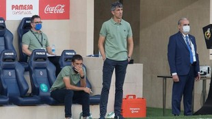 Imanol Alguacil observa el partido ante el Villarreal desde la banda.