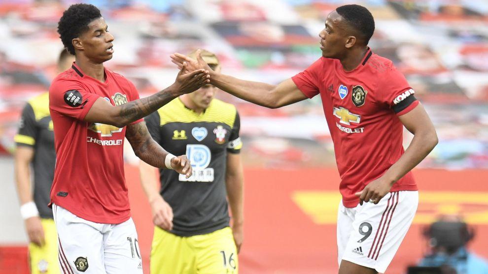 Marcus Rashford y Anthony Martial celebran un gol del United.
