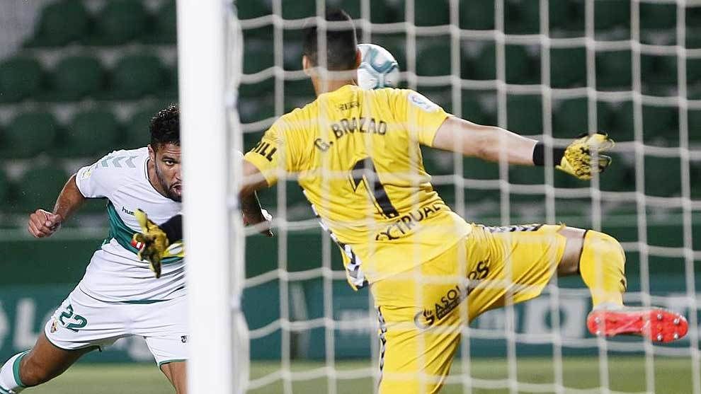 Jonathas, autor del tanto del triunfo, remata ante Brazao en un gol...