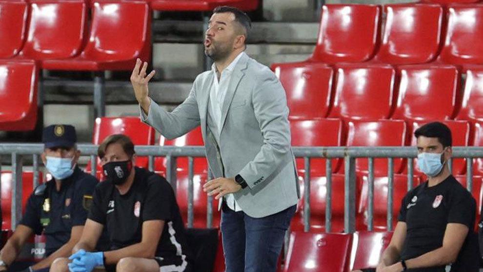 Diego Martínez da instrucciones ante el Real Madrid.