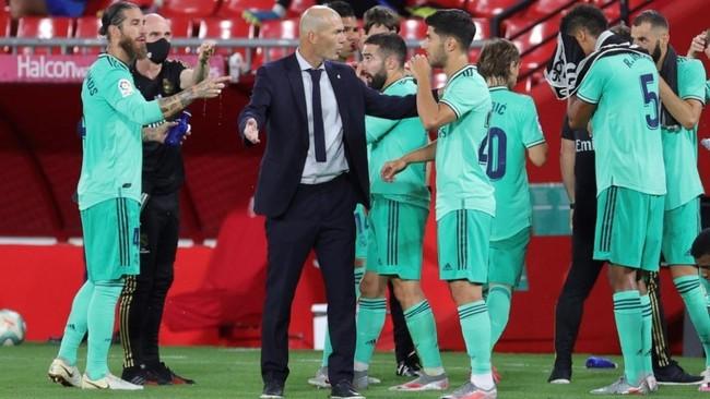 Zidane da instrucciones a sus jugadores en Los Cármenes en la pausa...